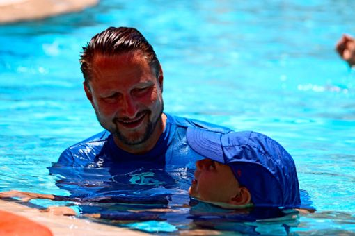 Sebastian Berthold, ehemals Nationaltrainer der Junioren im Wasserball, bringt heute Kindern das Schwimmen bei. Foto: z, Alexandra Stegemann