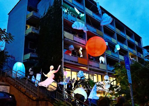 """Auch für die Anwohner im Stuttgarter Norden ein hübsches Spektakel zum Abschluss der Workshops: der """"Gedok Luminary Backyard_21_Der paradiesische Raum der Dinge"""".   Foto: Britt Moulin"""