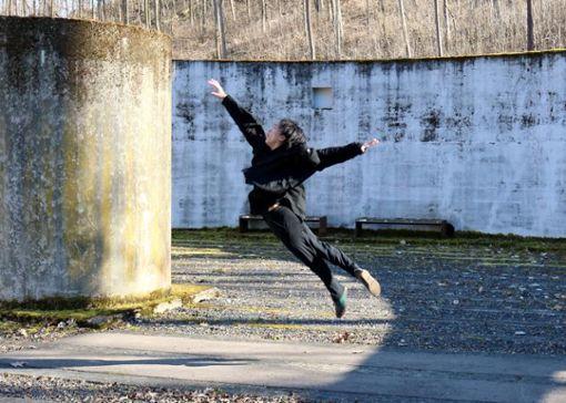 """Der Japaner Shori Yamamoto tanzt in der stillgelegten Kläranlage im Weidachtal eine Szene des  """"Dying Swan Projects"""". Foto: Herschmann"""