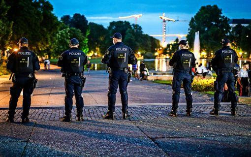 """Das war eine Folge der """"Stuttgarter Krawallnacht"""" im Juni: ein  immenses  Polizeiaufgebot am Eckensee.   Foto: dpa/Christoph Schmidt"""