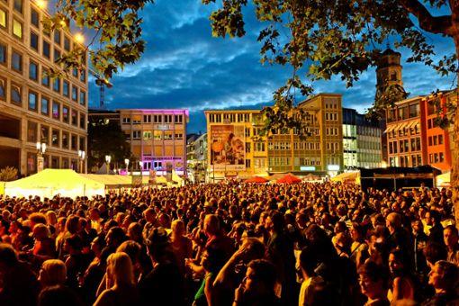 Menschenmeer auf dem Stuttgarter Marktplatz: Das Sommerfestival der Kulturen   bringt Musik sowie kulinarische Spezialitäten aus aller Welt direkt vor das Rathaus und in die umliegenden Gassen. Foto: Forum der Kulturen
