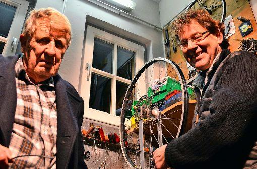 Peter Mommsen und Thomas Szotowski (rechts) engagieren sich in der Fahrradwerkstatt. Foto: tmi