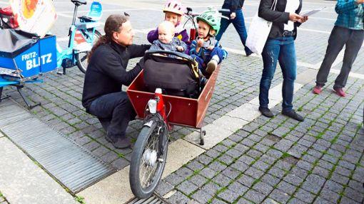 Stefan Nordwald mit seinen Kindern im Lastenrad  Foto: Katrin Schenk