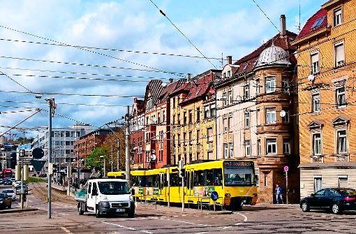 Am meisten Lärmbelästigung verursacht der Straßenverkehr, in Cannstatt teils auch die Stadtbahn. In Bereichen wie diesem an der Pragstraße ist der Lärmpegel in der Nacht sehr hoch – und damit ungesund für die Anwohner. Foto: lako