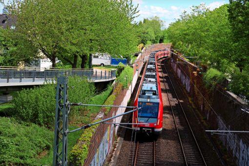 Wenn die S-Bahn vorbeifährt, wackeln schon mal die Gläser.  Foto: Eva Herschmann