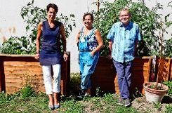 Von links: Petra Renz, Petra Mayer und Rüdiger Keller im Garten des Ekiz. Foto: bif