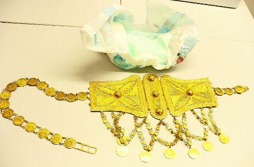 Der Goldschmuck war in einer sauberen Babywindel versteckt. Foto: z/Zoll