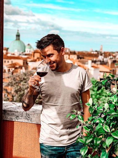 "Chris Stritzel ist stolz auf seine erste eigene Cuvée, den ""Le Shuuk Vin Rouge"". Foto: z"