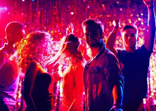 Warum soll Tanzen in Clubs denn nicht wieder möglich sein? Ein Tracker mit Vibration und Alarmsignal  könnte es möglich machen.  Foto: Colourbox