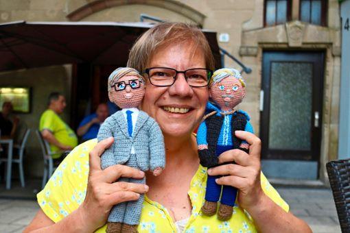 Elke Hahn mit den Abbildern von Günther Jauch (links) und Axel Prahl. Foto: Eva Herschmann