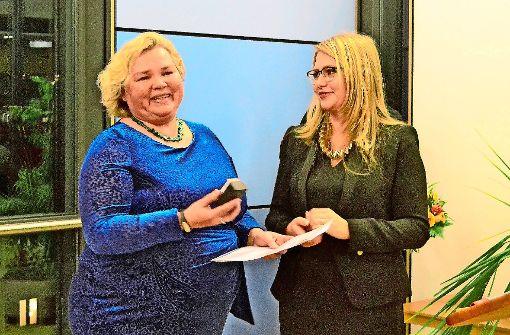 Christiane Schomburg erhält die Ehrenamtsmedaille von Bezirksvorsteherin Tatjana Strohmaier. Foto: tmi