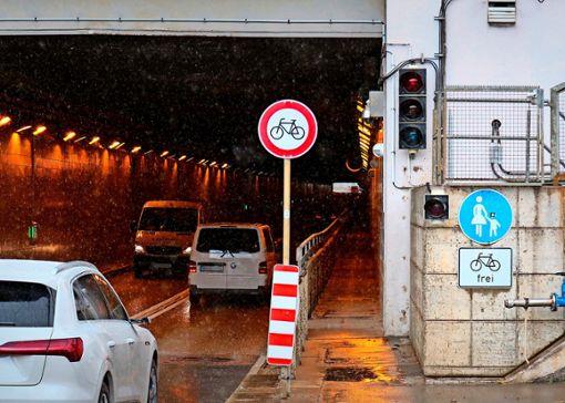 Derzeit dürfen Zweiräder nur den Gehweg des Flughafentunnels nutzen. Foto: Eva Herschmann