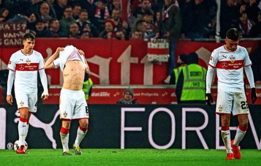 Frustrierte VfB-Spieler nach dem 2:2-Gegentreffer gegen Freiburg. Foto: dpa