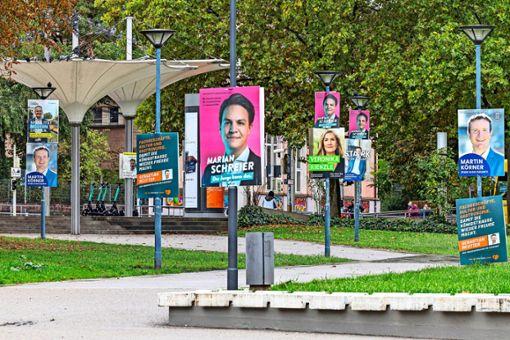 Wer nochmals ein Gesicht zu den Namen auf dem Wahlzettel braucht: In der Nähe der Liederhalle sind sämtliche Kandidaten und eine  Kandidatin dank Plakaten vertreten.   Foto: dpa/Arnulf Hettrich via www.imago-images.d