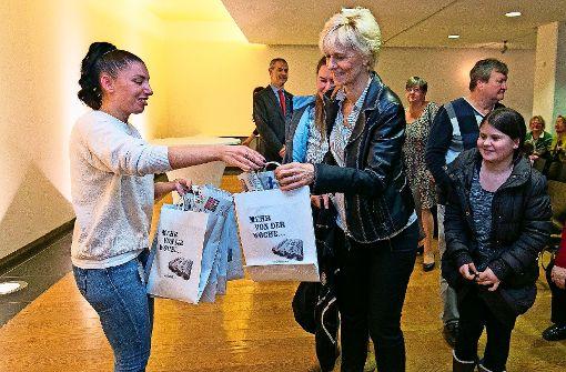 Die Teilnehmer freuten sich über ein aktuelles Stuttgarter Wochenblatt, links Volontärin Tatjana Eberhardt. Foto: Wilhelm Mierendorf