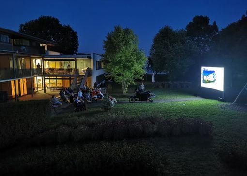 So sieht es aus, wenn das Hinterhofkino zu Gast ist.   Foto: privat, Hinterhofkino Stuttgart GbR