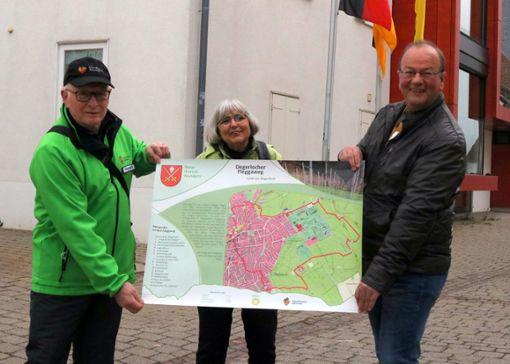 Wilhelm Wegmann, Gisela Lott und Armin Böttle (v.l.n.r.) freuen sich über den Wanderboom und sind stolz auf die Karte mit dem Degerlocher Fleggaweg. Foto: Herschmann