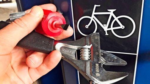 Neu in Zuffenhausen ist diese Rad-Reparatur-Säule mit jeder Menge Werkzeug. Foto: Andrea Rothfuß