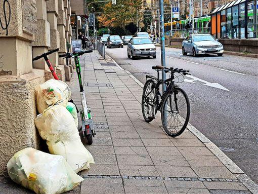 E-Scooter dürfen andere Verkehrsteilnehmer laut Stadt Stuttgart nicht behindern. Dieses Bild zeigt, was auf einem Gehweg am Olgaeck alles abgestellt wird. Foto: Tatjana Eberhardt