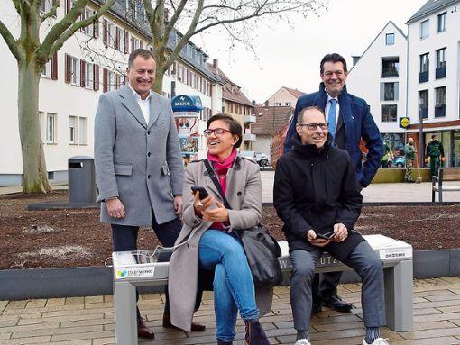 Olaf Kieser (Geschäftsführer Stadtwerke Stuttgart), Bezirksvorsteherin Mina Smakaj, Hans-Wolf Zirkwitz (Leiter des Umweltamts) und Heiko Schultze (Konzernverantwortlicher für Nachhaltigkeit der BW-Bank) bei der Einweihung von Stuttgarts erster Solarsitzbank. Foto: Melanie Axter