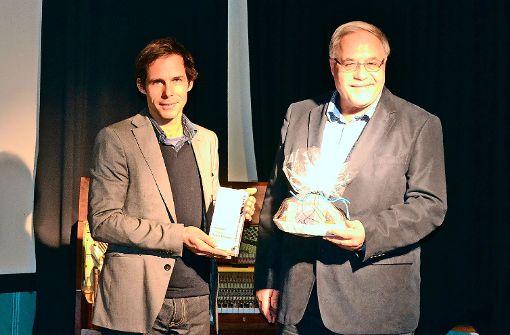 Pablo Wendel (links) nimmt den Preis von Klaus Enslin, Vorsitzender des Bürgervereins Untertürkheim, entgegen. Foto: tmi