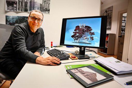 Architekt Eckard Ernst zeigt die Entwürfe der Studenten – hier ein Modell für einen Baumwipfelpfad, der ein Bewusstsein für den angrenzenden Wald schaffen soll. Foto: Lea Holzer