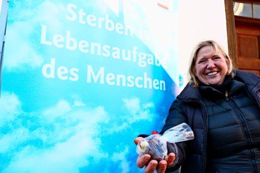 Gertrud Bader hat mit ihren Pralinen in elf Jahren mehr als 20000 Euro an Spenden  gesammelt.  Foto: Eva Herschmann