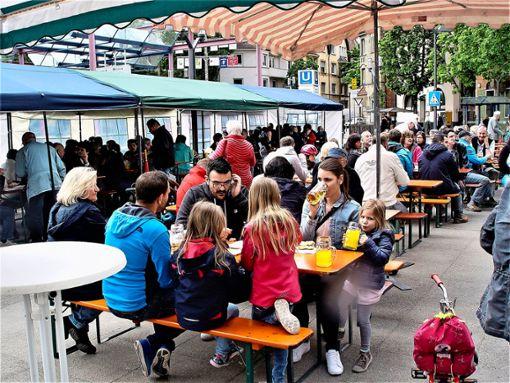Auf dem Wilhelm-Geiger-Platz in Feuerbach finden mehrere Veranstaltungen statt: das 1. Mai-Fest, das festliche Einleuchten des Tannenbaums, der Rathaussturm. Wäre er vielleicht doch eine Option für den Abendmarkt des GHV? Foto: Melanie Axter