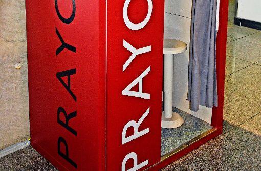 In der Farbe Rot ist der Gebetomat am Flughafen kaum zu übersehen. Foto: z/Flughafen Stuttgart