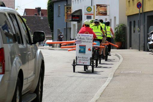 Die Aktivisten zeigen, welcher Sicherheitsabstand zwischen Auto und Rad nötig ist.  Foto: Eva Herschmann