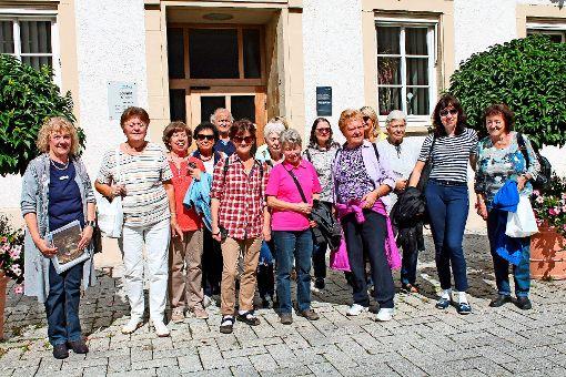 Die Wochenblatt-Gewinner beim Stadtrundgang durch Nagold. Links im Bild Stadtführerin Cornelia Hildebrandt-Büchler. Foto: Christian Günther