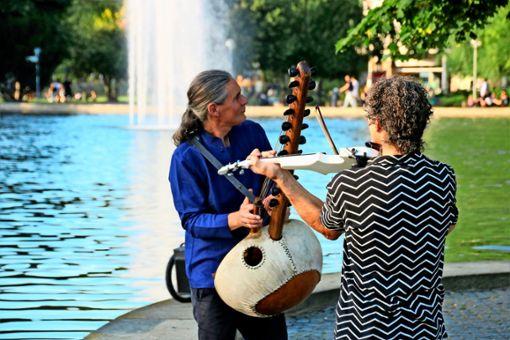 Stefan Charisius (links) lädt zu Spazierkonzerten ein. Er selbst spielt das Erzählinstrument Kora, eine Harfe aus Westafrika, der Ursprungsregion des Blues und Jazz.  Foto: z/ Trommsdorff