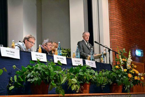 Oberbürgermeister Fritz Kuhn in Aktion: In Obertürkheim stellt er sich den Bürgern. Foto: Thomas Graf-Miedaner