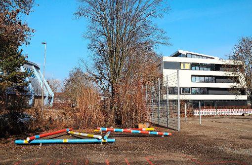 Auf dem Platz hinter der neuen Musikschule Filum (rechts) soll ein Schulcampus entstehen. Foto: Bauer