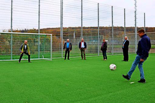 Der neue Bolzplatz im Sportpark Goldäcker  ist eingeweiht worden. Beim Termin steht OB Roland Klenk im Tor.   Foto: Eva Herschmann