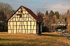 Markant: Diese große Scheune mit Fachwerk ziert den Ortseingang von Schönberg. Foto: max